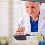 Científico gestionando el stock de su laboratorio